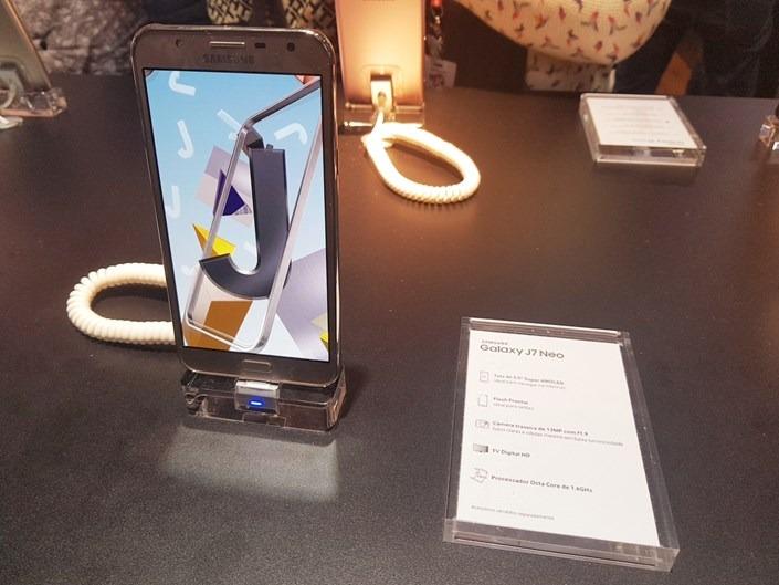 abfb2710e06 Smartphone Samsung Galaxy J7 Neo 16GB Dourado - Dual Chip 4G Câm ...
